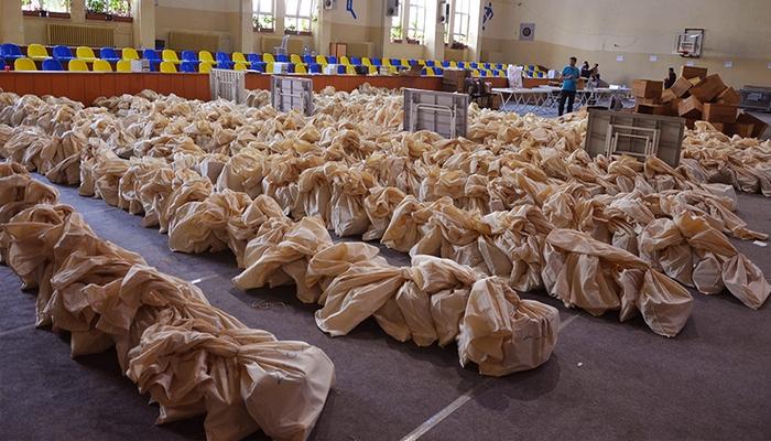 İstanbul'da oy pusulaları torbalara konuldu, dağıtım için hazırlık yapılıyor