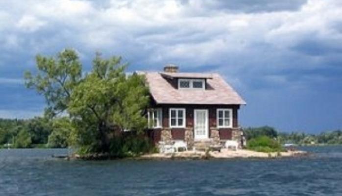 Cəmi bir ev və bir ağacın yerləşdiyi ada