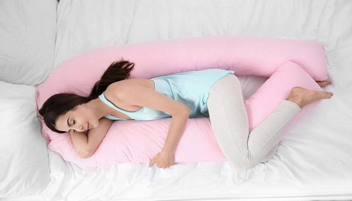 Для чего нужно спать с подушкой между ног