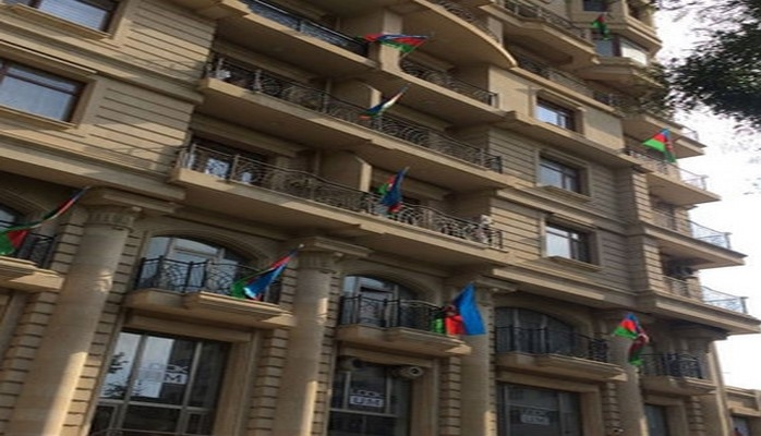 Одно из зданий в Сабаильском районе украшено флагом Азербайджана