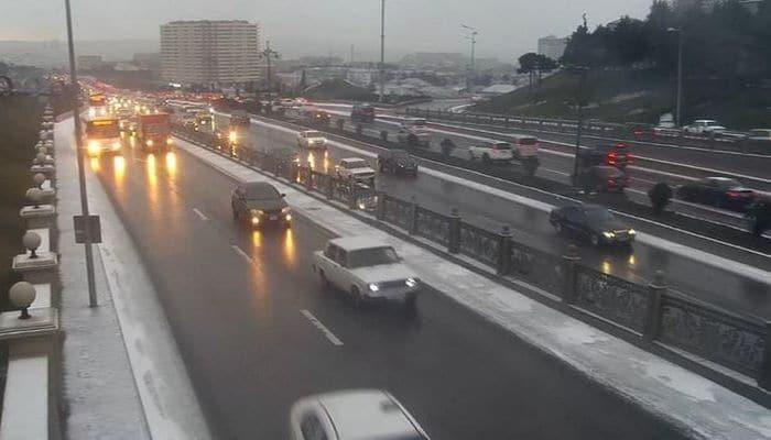 На автомагистралях Баку снижена максимальная скорость движения