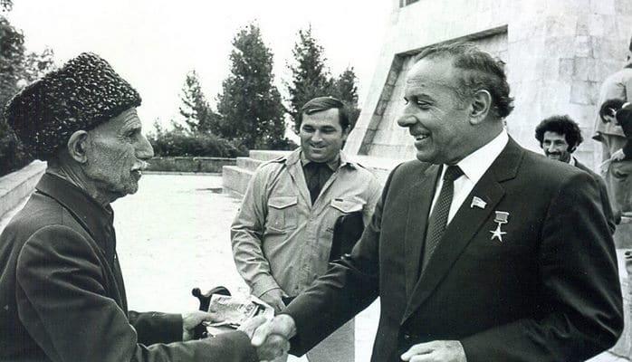 """Bir şəklin tarixçəsi - Heydər Əliyev: """"Mən o kişinin işinə qarışa bilmərəm"""" – Şuşa, 29 iyul, 1982-ci il"""