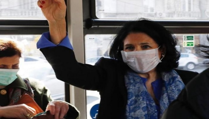 Президент Грузии в медицинской маске в автобусе