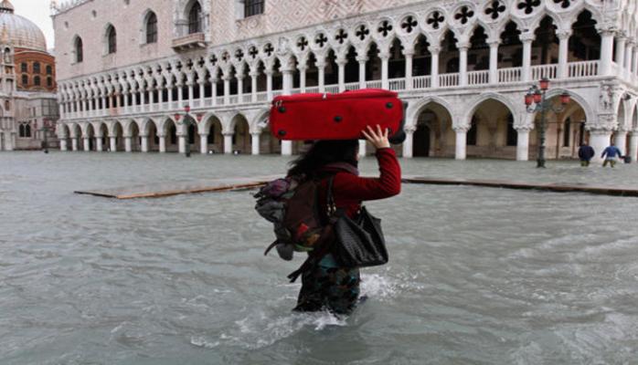 В Венеции после наводнения возобновили свою работу школы и музеи