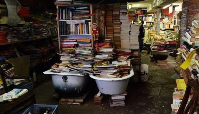 """""""İnandırıcı deyil amma bura kitab mağazasıdır"""""""