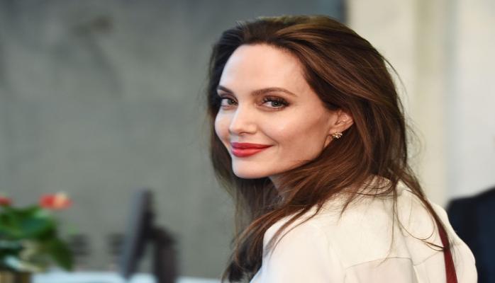 Джоли эвакуировали со съемок фильма  из-за мины