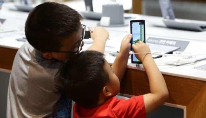 Uşaqlar smartfonun əsirliyində