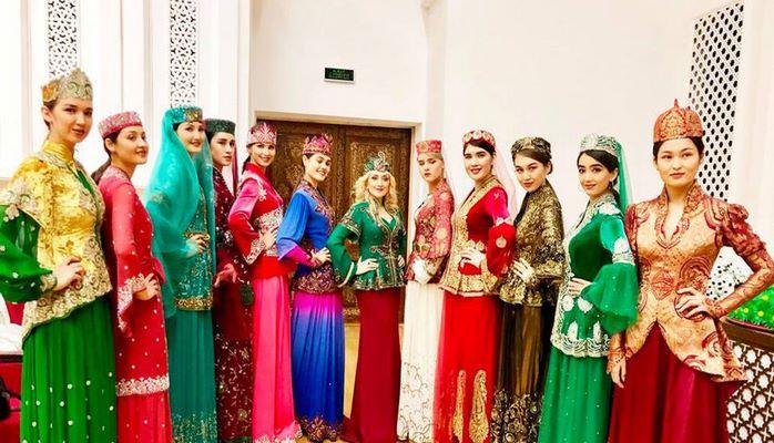 Азербайджанский дизайнер представила в Узбекистане свою праздничную коллекцию