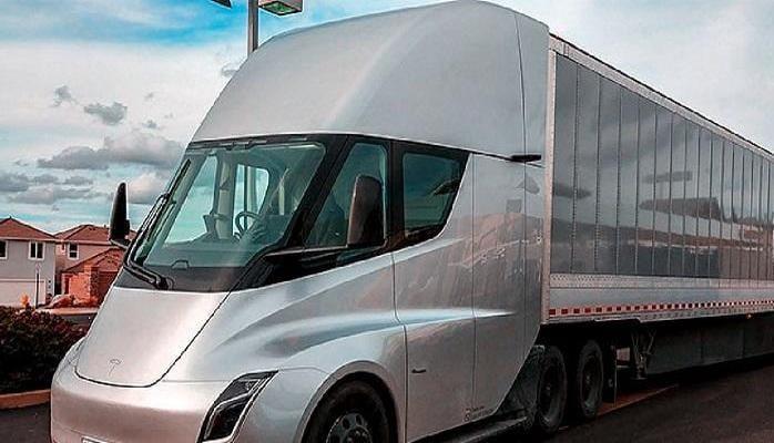 Электрогрузовик Tesla Semi заметили на дорогах США