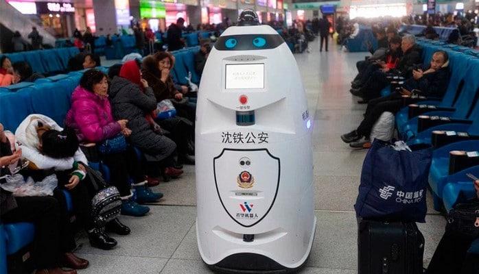 Роботы-полицейские начали патрулировать железнодорожные станции в Китае