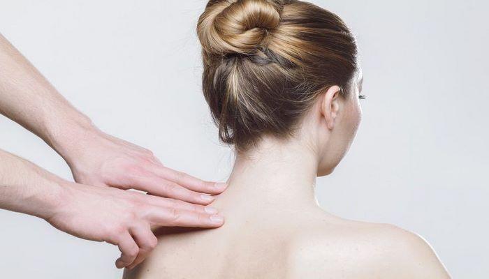 Медики рассказали, о чем сигнализирует боль в спине