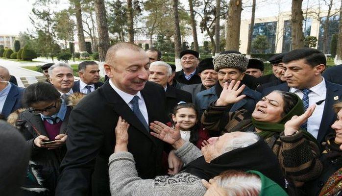 İlham Əliyev Beyləqanda sakinlərlə mahnı oxudu