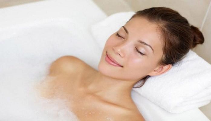 İsti vanna qəbul etmək yarım saat qaçmaqdan faydalıdır