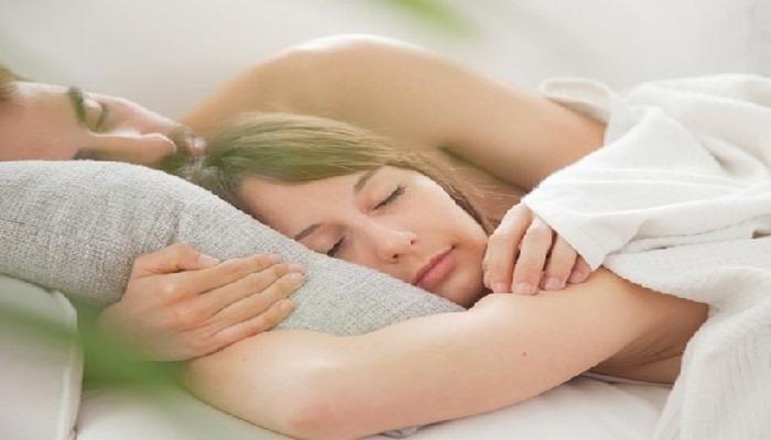 Ученые из США выяснили, что сон голышом помогает худеть