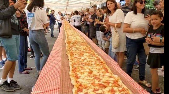 В Австралии испекли 100-метровую пиццу в знак благодарности пожарным