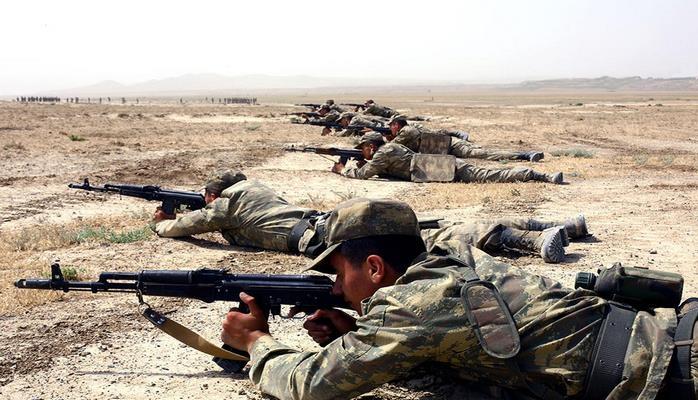 Азербайджанские курсанты упражняются в стрельбе