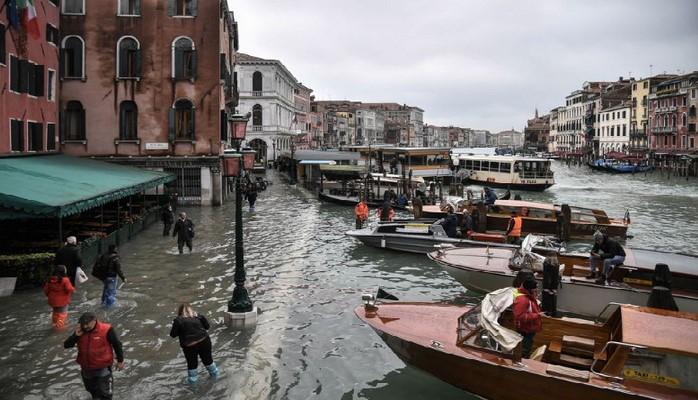 Venesiya su altında qalıb: İnsanlar küçələrdə üzür