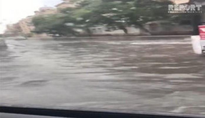 Сильные дожди создали проблемы на дорогах Баку