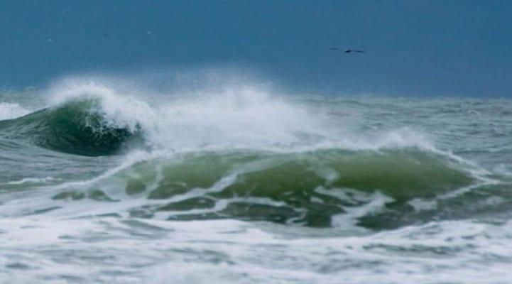 Высота волн на Каспии достигла 3,2 метра