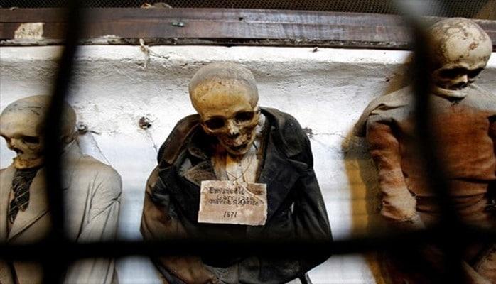 Ölüləri geyindirib, turist qabağına çıxarırlar