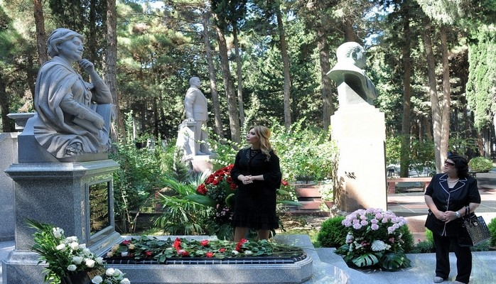 В Аллее почетного захоронения почтена память выдающегося ученого Рафиги Алиевой