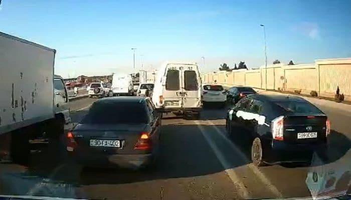 В Баку водители автомобилей провоцируют пробки на дорогах