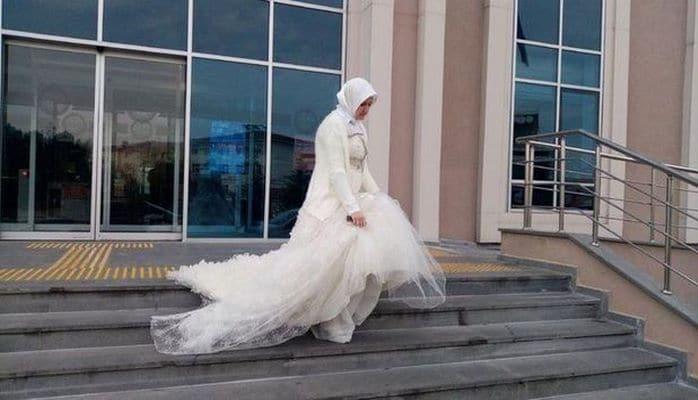 Женщина пришла в суд в свадебном наряде