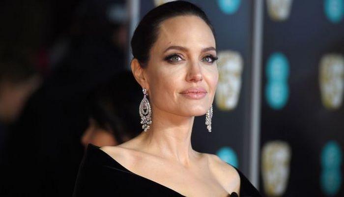 Анджелина Джоли собралась усыновить седьмого ребенка