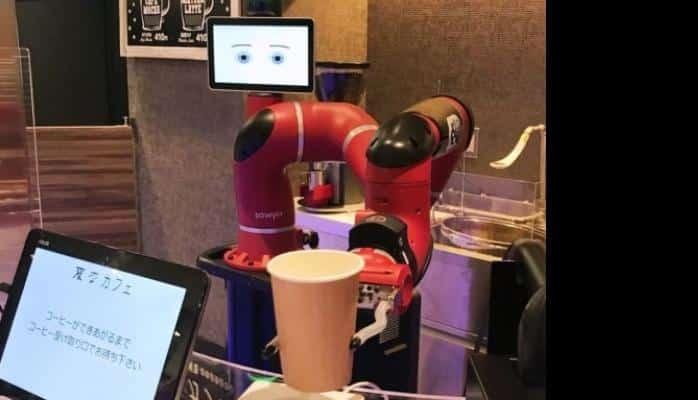 Yaponiya kafesində müştərilərə robot-barmen xidmət göstərir