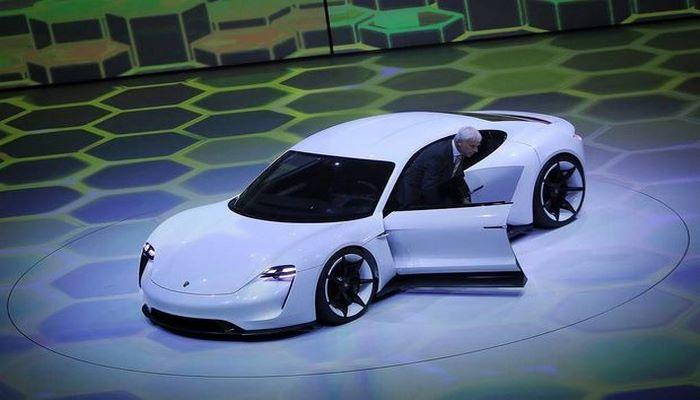 Компания Porsche представила свой первый электромобиль