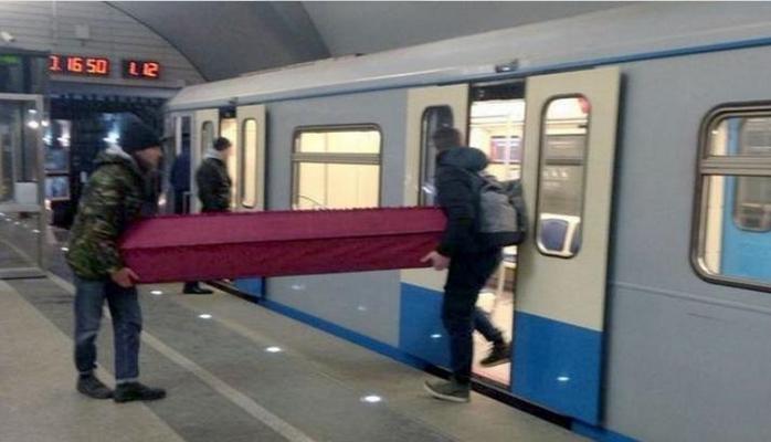 Rusiyada gənclər metroya tabutla miniblər