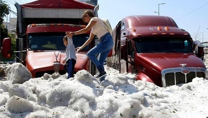 Meksika'da 30 derecede dolu yağdı şehir buz altında kaldı
