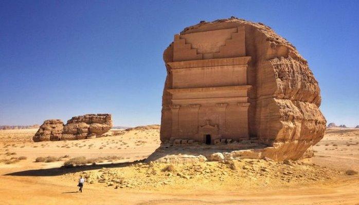 Одинокий дворец в пустыне Саудовской Аравии