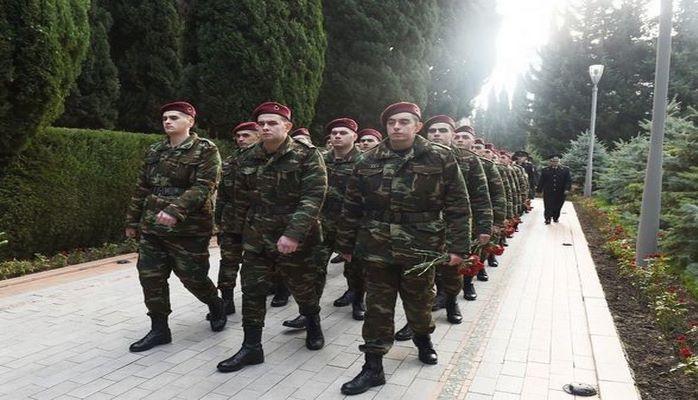 Солдат Гейдар Алиев посетил могилу деда