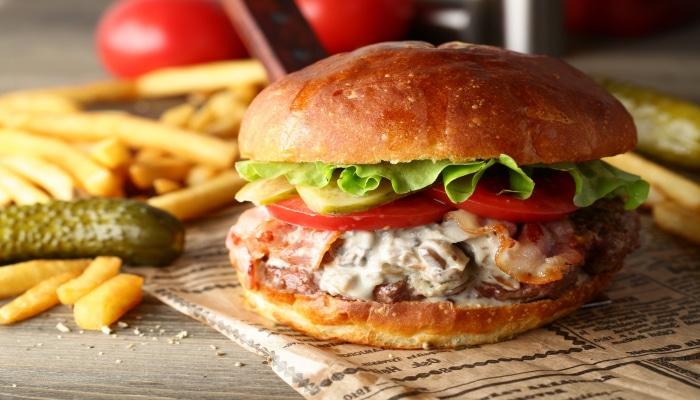 """""""Fast food"""" haqqında bilmədiyimiz 10 fakt: duzsuz fri alın, qazlı içki içməyin"""