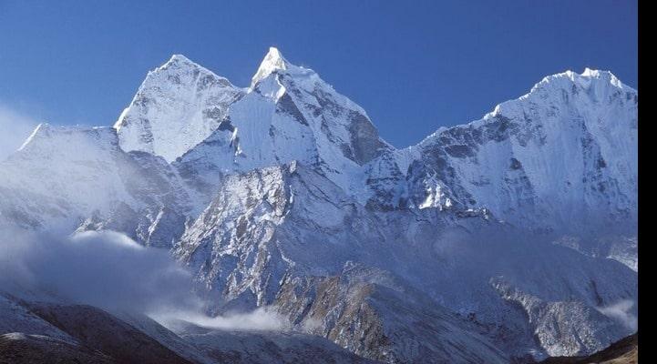 Эверест начал покрываться травой вместо снега