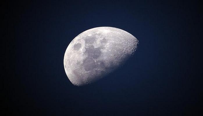 Ay yer orbitini tərk edir: böyük təhlükə