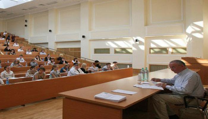 Тысячи студентов в Азербайджане освободят от платы за обучение