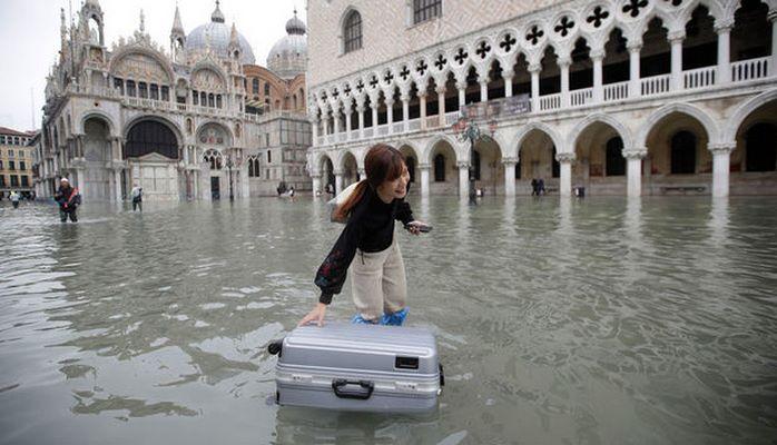 Власти Венеции обратились к миру с просьбой о помощи после наводнения