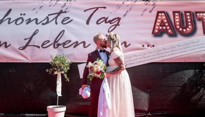 Arabalı sinema çiftlere de yaradı! Almanya'da nikahlar böyle kıyılıyor
