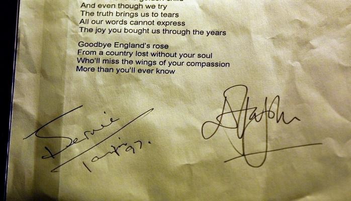 Оригиналы текстов песен Элтона Джона выставят на аукционе в Нью-Йорке