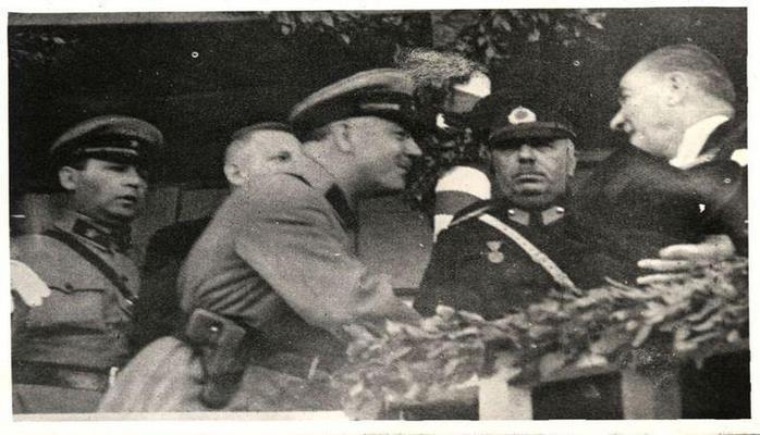 Atatürkün marşal Voroşilovla nadir fotosu