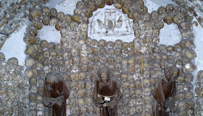 İnsan skeletləri ilə bəzədilən kilsə