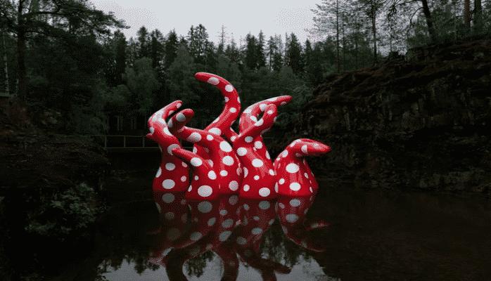 Красные щупальца в крапинку: в парке Кистефос появилась новая работа Яёи Кусамы