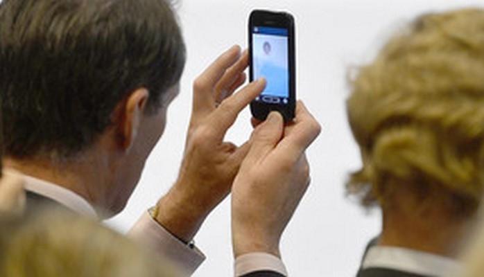 Alimlər mobil telefonların görmə qabiliyyətinin itirilməsinə səbəb olduğunu bildirir