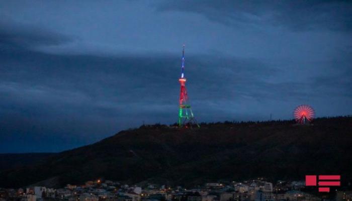 Tbilisidə teleqüllə Azərbaycan bayrağının rəngləri ilə işıqlandırılıb