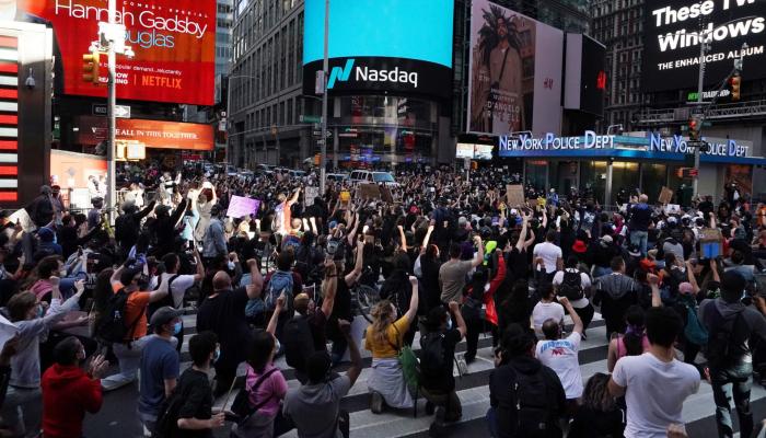 Мэр Нью-Йорка призвал жителей города разойтись по домам после начала комендантского часа