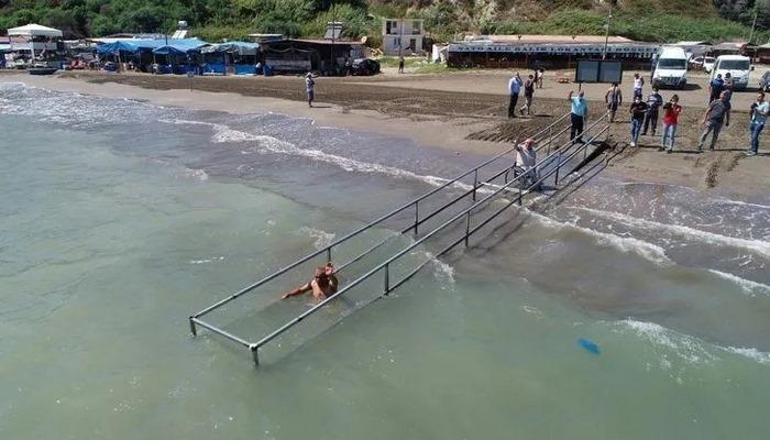 Adana'daki Barınak Plajı'nda engelliler rampayla denize ulaşıyor