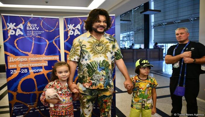 Филипп Киркоров прилетел в Баку со своими детьми