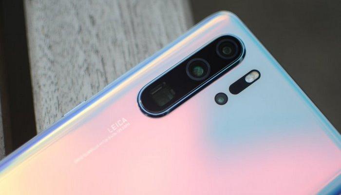 Huawei flaqman smartfonları üçün sifarişlərini azaldır